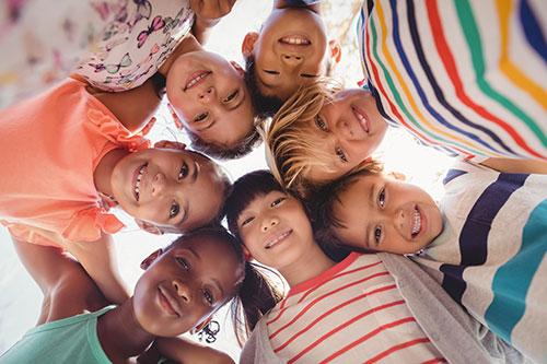Umarmende Kinder im Kreis